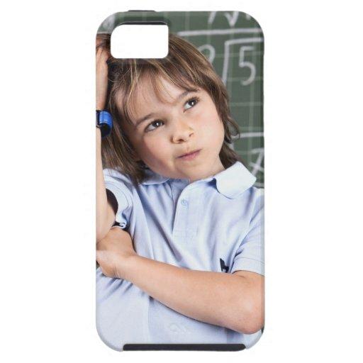 retrato del muchacho joven en sala de clase en pof iPhone 5 carcasa