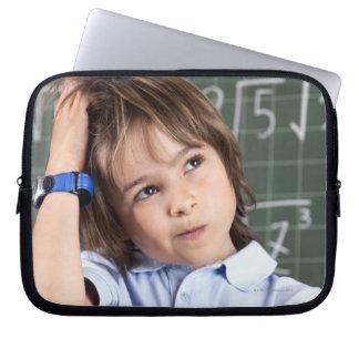 retrato del muchacho joven en sala de clase en pof manga computadora