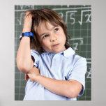 retrato del muchacho joven en sala de clase en pof póster