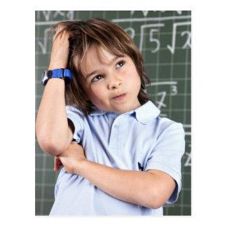 retrato del muchacho joven en sala de clase en pof postal