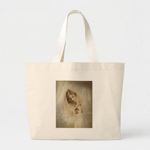 Retrato del vintage, madre cariñosa que celebra al bolsas