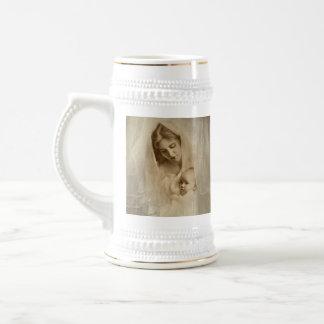 Retrato del vintage, madre cariñosa que celebra al jarra de cerveza