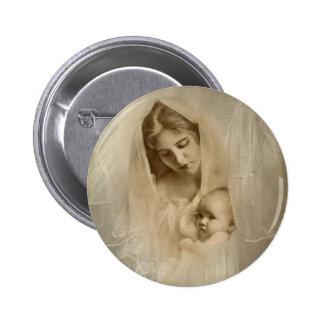 Retrato del vintage, madre cariñosa que celebra al pin