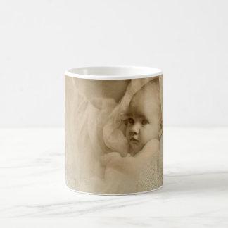 Retrato del vintage, madre cariñosa que celebra al tazas de café