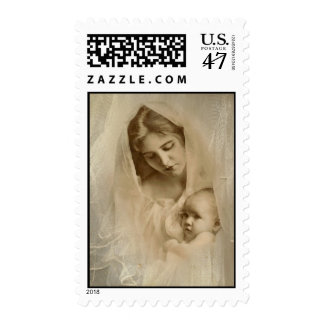 Retrato del vintage, madre cariñosa que celebra al timbre postal
