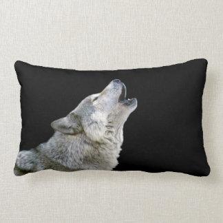 Retrato hermoso de la foto del lobo gris del grito cojín