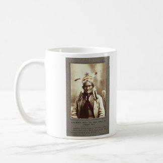 Retrato indio de Geronimo del líder de Chiricahua  Taza Básica Blanca