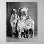 Retrato indio del grupo del cuervo, 1900s temprano poster
