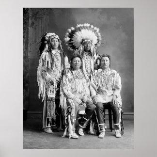 Retrato indio del grupo del cuervo, 1900s temprano póster