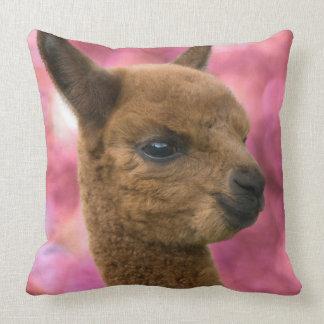 Retrato lindo de la alpaca cojín decorativo