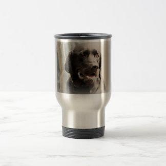 Retrato negro hermoso del labrador retriever taza de viaje