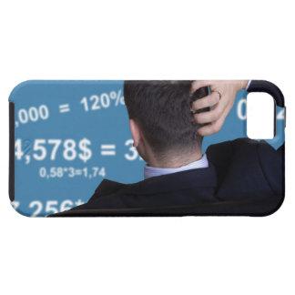 Retrato trasero de un hombre de negocios confundid iPhone 5 cobertura
