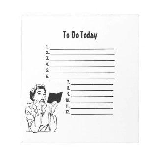 Retro comprobando mi libreta de la lista bloc de papel