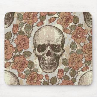 Retro distressed skull artwork. mouse pad