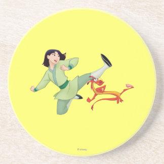 Retroceso con el pie de Mulan y de Mushu Posavaso Para Bebida