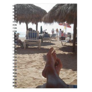 Retroceso con el pie en la playa libreta espiral