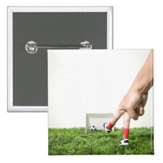 Retroceso de un balón de fútbol con el pie con la  pin cuadrada 5 cm