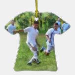 Retroceso del balón de fútbol con el pie ornamento de navidad