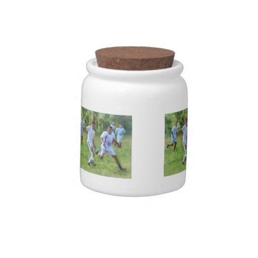 Retroceso del balón de fútbol con el pie jarra para caramelo