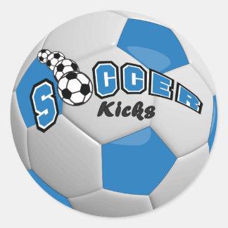 Retrocesos azules del jugador del balón de fútbol pegatina redonda