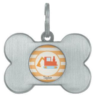 Retroexcavadora anaranjada del juguete de la placas de mascota
