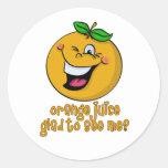Retruécano divertido - zumo de naranja alegre verm etiqueta redonda