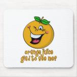 Retruécano divertido - zumo de naranja alegre verm alfombrillas de ratón