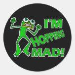 Retruécano enojado de la rana de la lupulización etiqueta redonda