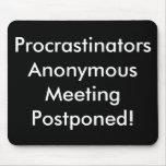 ¡Reunión anónima de los Procrastinators pospuesta! Tapetes De Raton