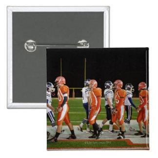 Reunión de equipos de fútbol americano en campo, pin cuadrado