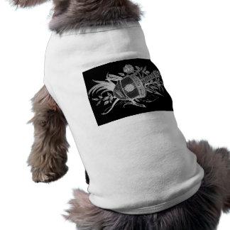 Revés blanco y negro de un laúd y de flores playera sin mangas para perro