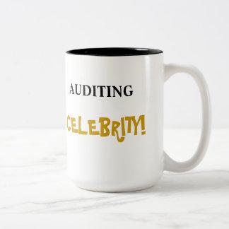 Revisando la celebridad añada un nombre y celebre  taza de café