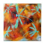 Revoloteo del desierto de la libélula azulejo ceramica