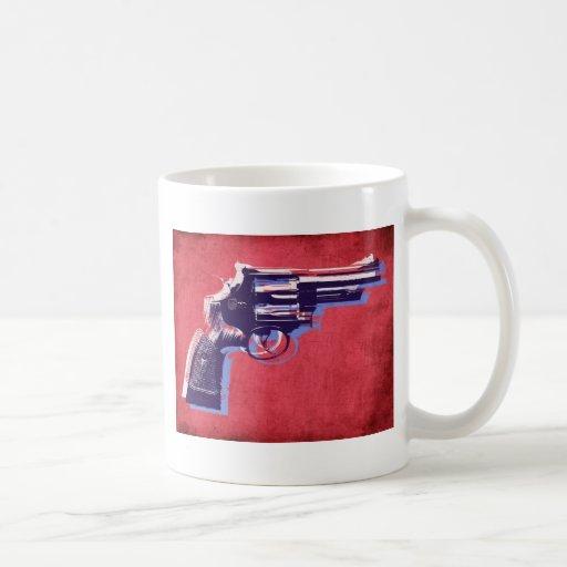 Revólver en rojo taza básica blanca