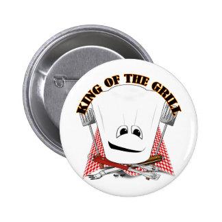 Rey de la parrilla con el gorra del cocinero y las pin