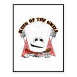Rey de la parrilla con el gorra del cocinero y las postal