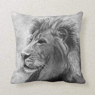Rey de la selva león dibujado mano en grafito almohadas