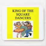 rey del baile cuadrado alfombrillas de ratón