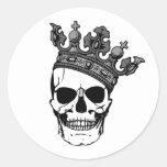 Rey del cráneo pegatina redonda