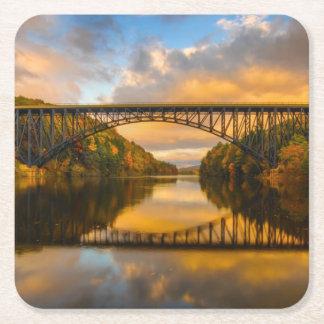 Rey francés Bridge en caída Posavasos De Cartón Cuadrado