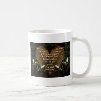 rey james del 3:16 de Juan en la hoja del corazón Taza De Café