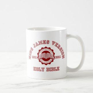 Rey James Version College Style en rojo Taza Básica Blanca