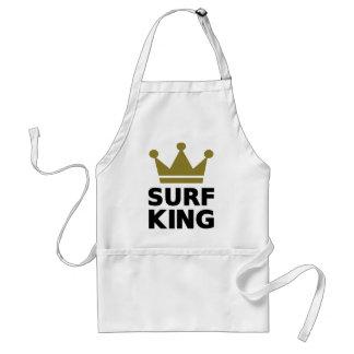 Rey que practica surf delantal