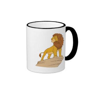 Rey Simba adulto del león que se coloca orgulloso Taza De Dos Colores