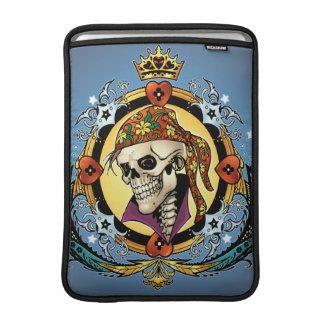 Rey Skull Pirate con los corazones por el Al Río Funda Macbook Air