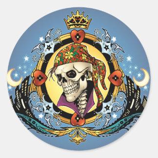 Rey Skull Pirate con los corazones por el Al Río Etiqueta Redonda