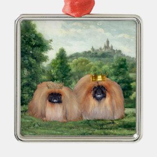 Rey y reina de Pekingese con el castillo ideal Ornatos
