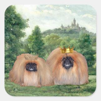Rey y reina de Pekingese con el castillo ideal Pegatina Cuadrada