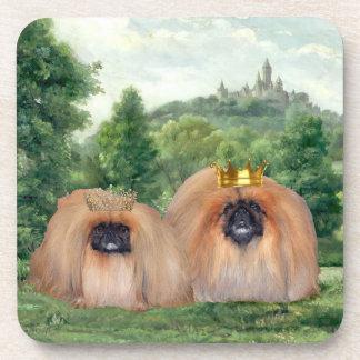 Rey y reina de Pekingese con el castillo ideal Posavasos De Bebidas