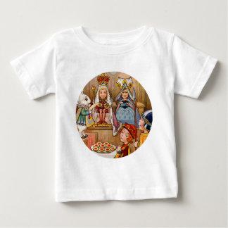 Rey y reina en el ensayo del bribón de corazones camiseta